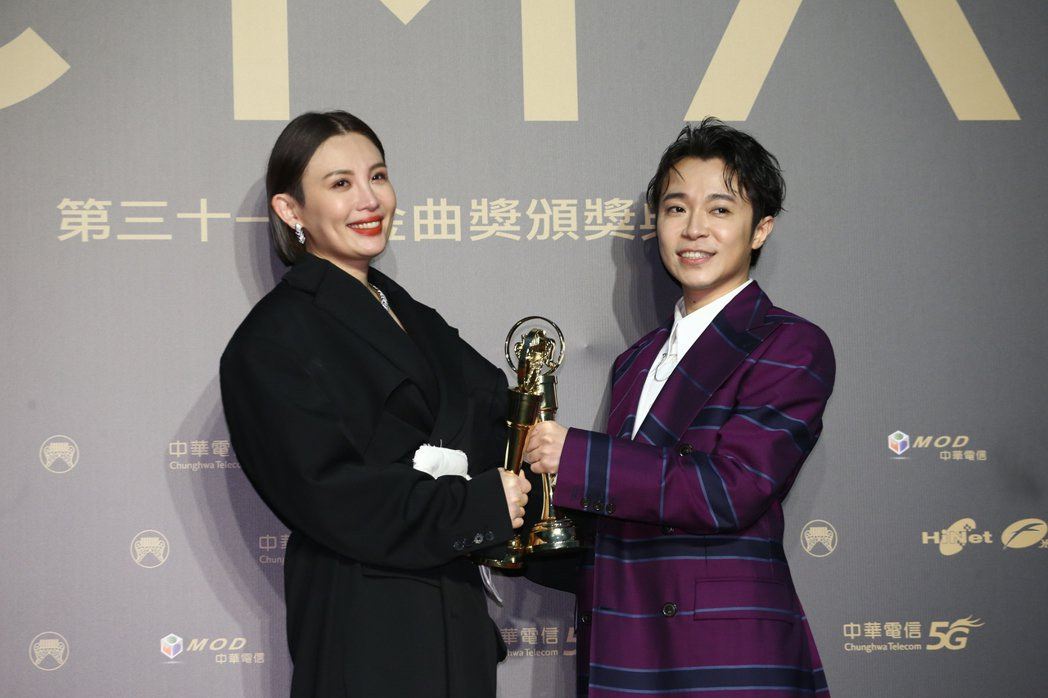 第31屆金曲獎,吳青峰(右)、魏如萱(左)獲得最佳國語男女歌手獎。記者曾原信/攝