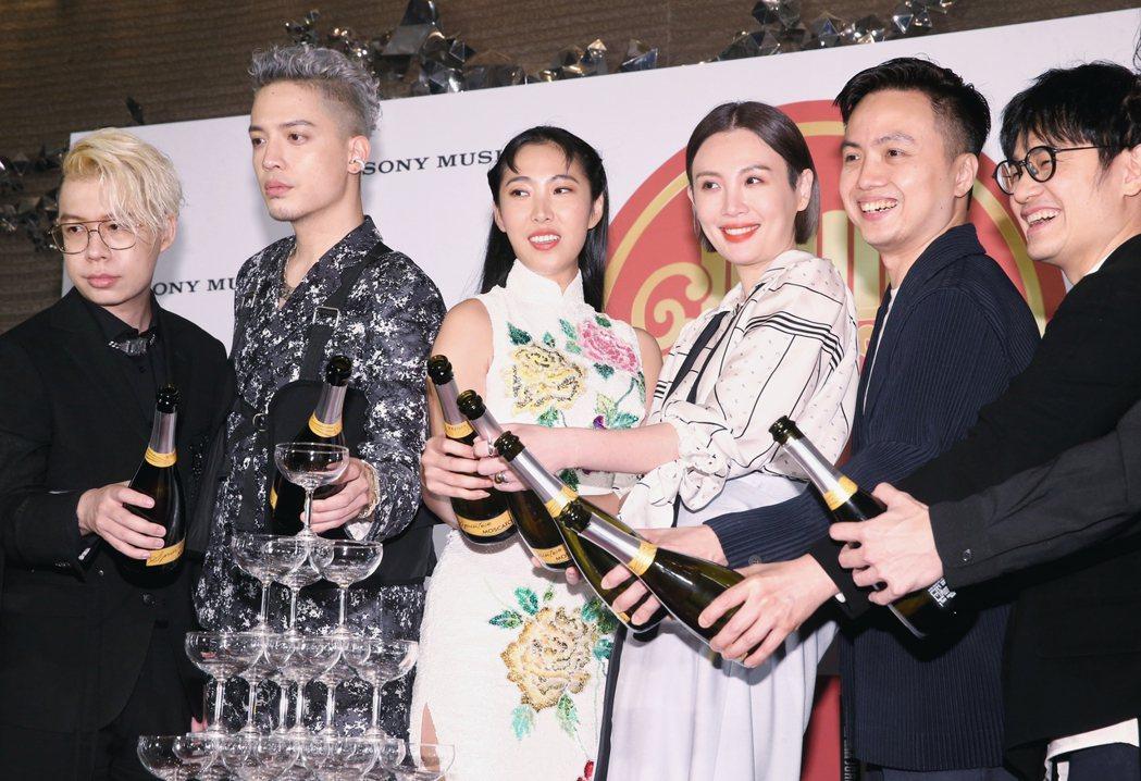 第31屆金曲獎,索尼旗下歌手拿下最佳國語專輯獎與最佳國語女歌手獎,眾歌手合影並倒...