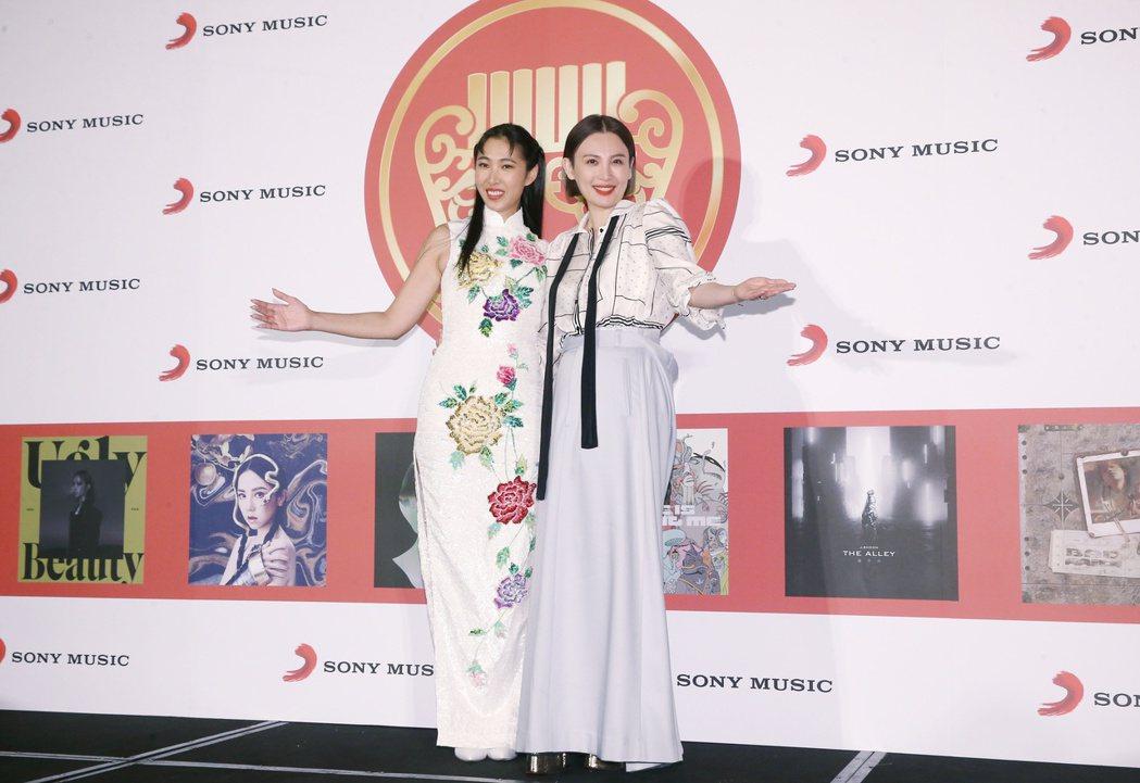 第31屆金曲獎,王若琳(左)與魏如萱(右)分別拿下最佳國語專輯獎與最佳國語女歌手...