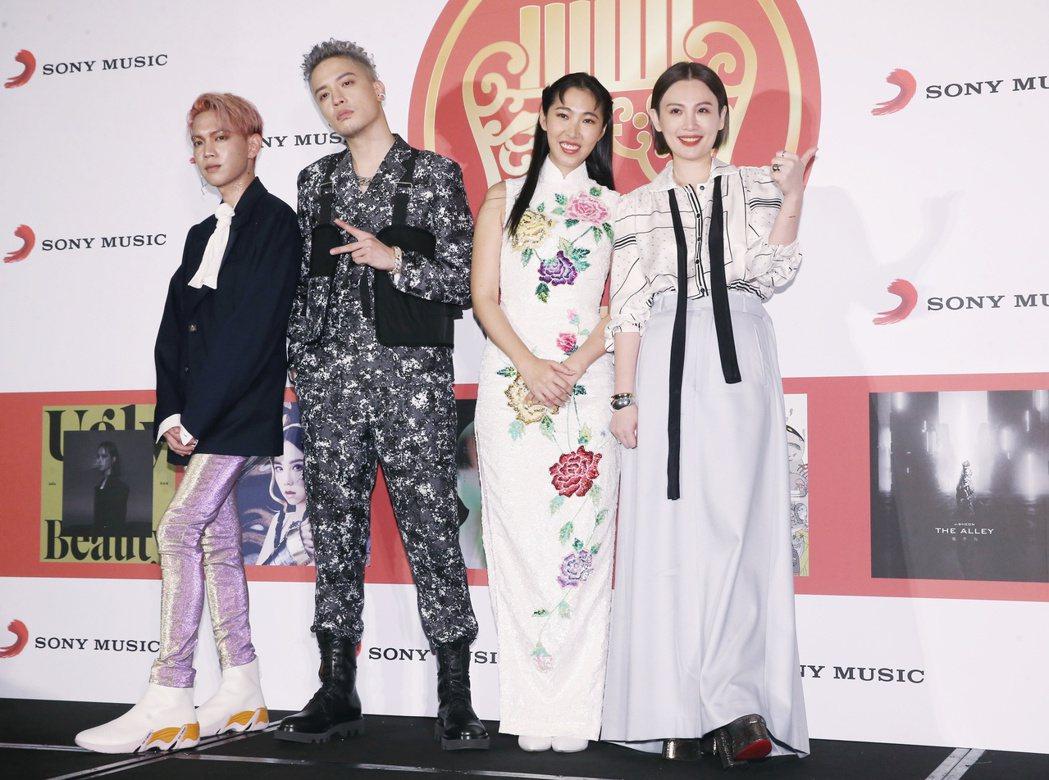 楊士弘(左起)、J.Sheon、王若琳和魏如萱出席金曲慶功。記者曾原信/攝影