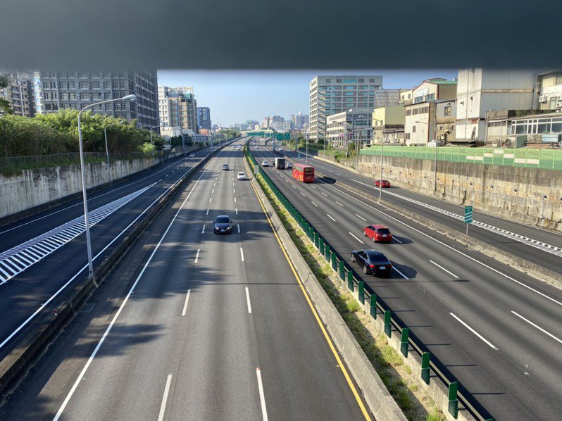 上午8點半,國道一號新竹北上、南下路段都未見車潮,時速約98至103公里,非常順暢。記者王駿杰/攝影