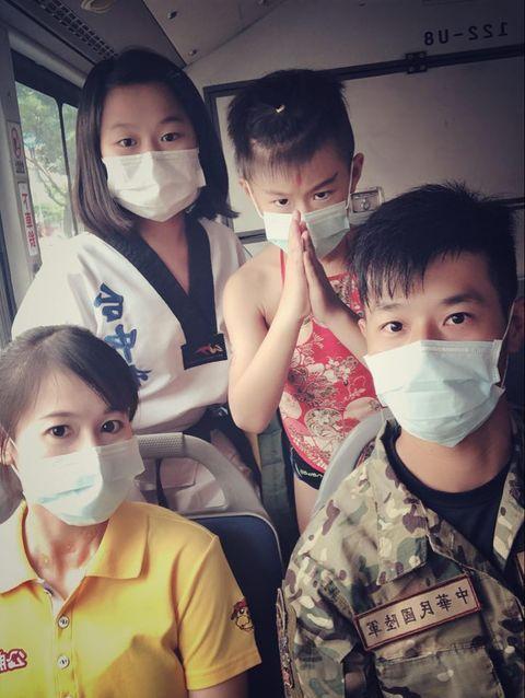 台中市環保局推出搭公車宣傳反空汙競賽,有小朋友打扮成三太子,創意十足。圖/環保局提供