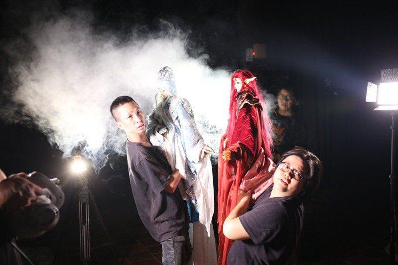 嘉義縣在地布袋戲偶團三昧堂創意木偶團推出的布袋戲微電影「柔琴似水」罕見加入3名女操偶師。圖/三昧堂提供