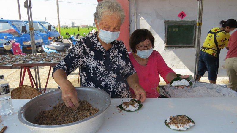 苗栗縣苑裡鎮福田社區發展協會婆婆媽媽志工製作芋蔥粿,極具地方特色美食。記者范榮達/攝影