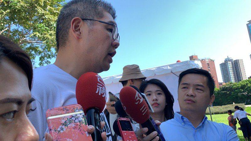 連勝文今下午出席「2020世界動物日 毛孩趣野餐」活動,會前接受媒體聯訪。記者趙宥寧/攝影