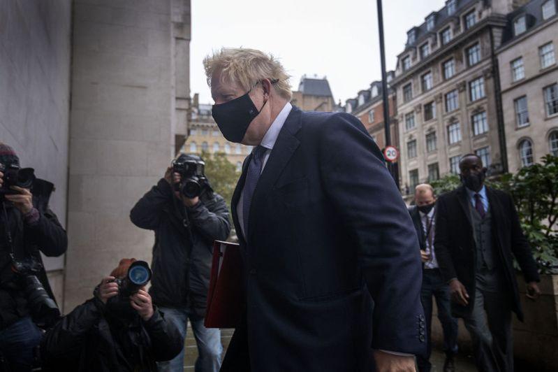 英相強生4日戴著口罩現身BBC廣播大樓準備接受節目專訪。美聯社