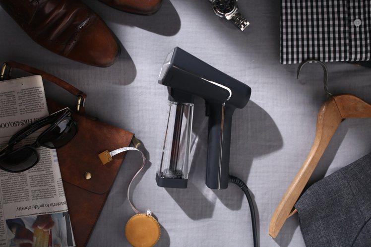 S-NOMAD手持式蒸氣掛燙機外型富有設計感,霧面絲絨觸感更增添高級質感。圖/S...