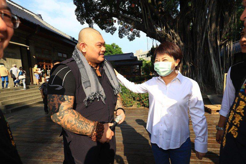台中市長盧秀燕與「火山」李榮峰一起宣導世界愛護動物日的意義。記者陳秋雲/攝影