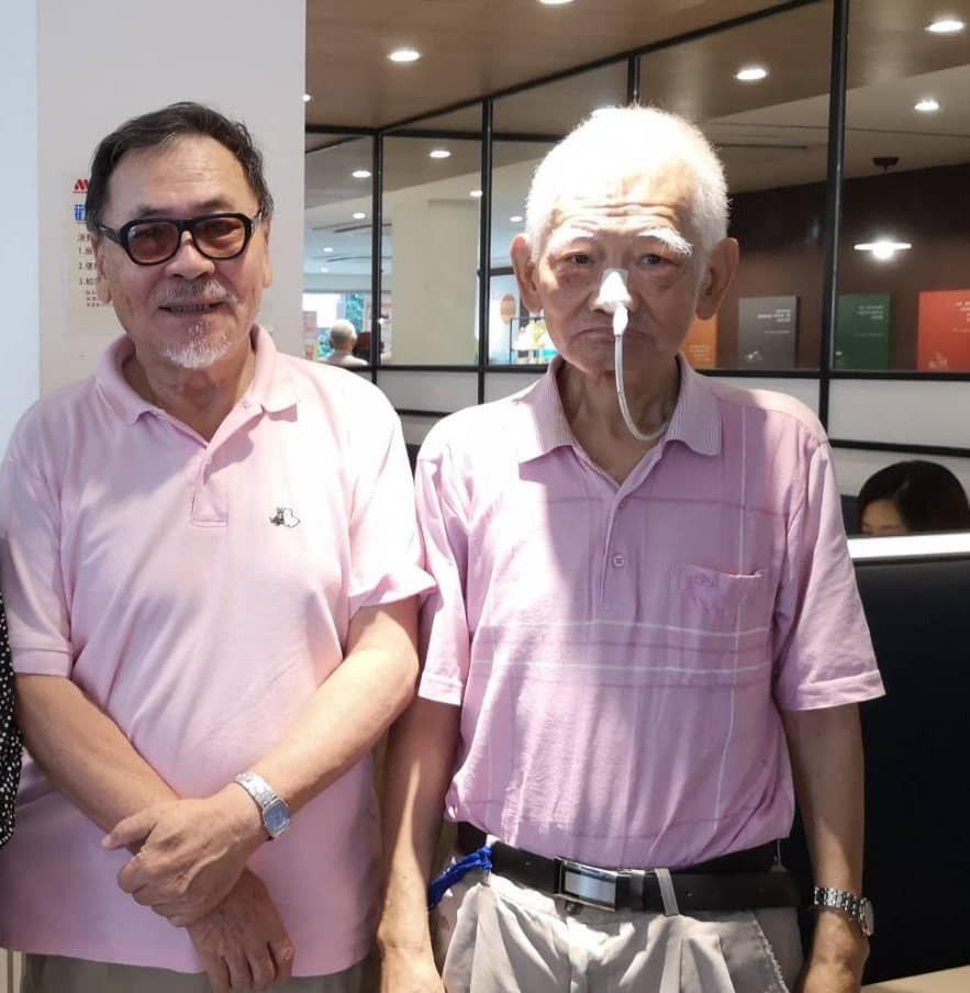 江文雄(右)與導演王童(左)認識多年,王童透露2周前與江文雄喝咖啡時,他看起來狀...