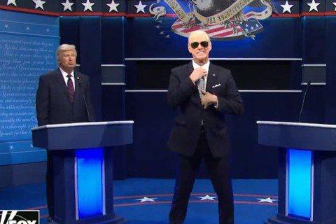 喜劇天王金凱瑞在「周末夜現場」再度出席,這回更巧扮美國總統候選人拜登,與亞歷鮑德溫模仿的川普同台搞笑,更重現先前的總統辯論會,金凱瑞還拿出皮尺要亞歷保持社交距離,就連亞歷自己拿出粉紅色內褲說自己都有...