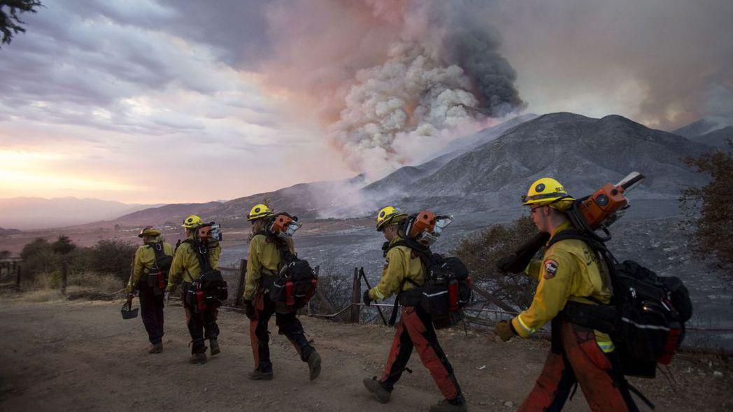 消防隊員前往災區控制野火。(美聯社)