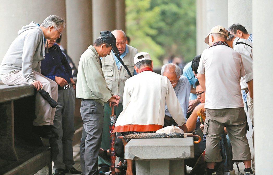 勞工退休選擇請領年金,萬一領取期間不幸去世,遺屬還是可以將與一次金的差額領走,或...