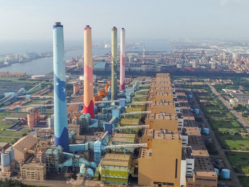 台電公司規畫在中火新建2部燃氣複循環機組,但不汰除4部老舊燃煤機組。圖/台中市環保局提供