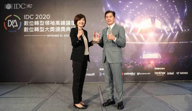 IDC台灣總經理江芳韻(左)頒發「數位轉型大獎」予玉山金控領獎代表張智星(右)玉山金/提供
