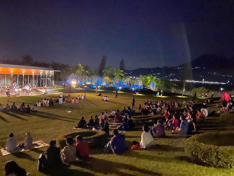 「滬尾藝文休閒園區」歡慶開幕一周年,今傍晚特別邀請「極光打擊樂團」於園區內千坪草坪上演出。圖/旅學堂提供