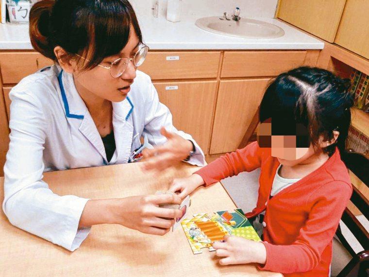 若孩子說話卡卡,語言治療師建議請家長放慢說話速度,多給孩子一些時間等待他說完,流...