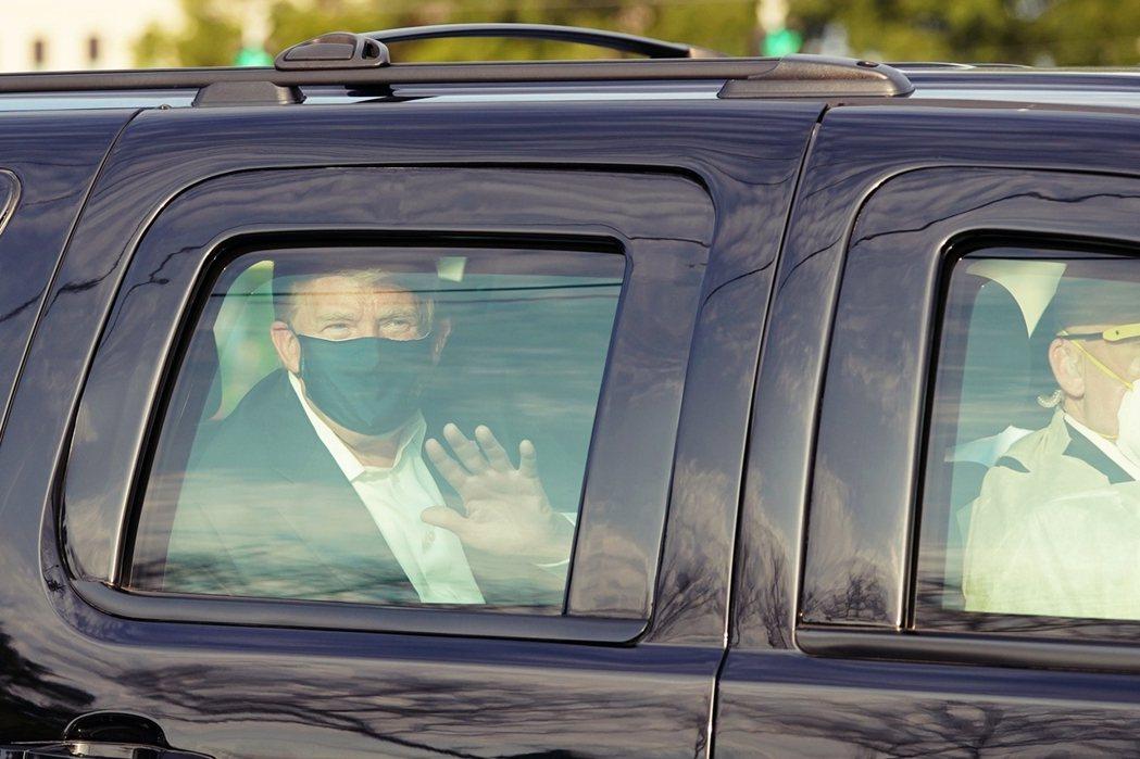美國總統川普4日下午突襲「無預警驚喜」,搭乘總統座車離開醫院、向聲援支持者們「出...