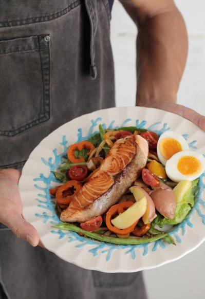 尼斯風味煎鮭魚沙拉。 圖/幸福文化提供