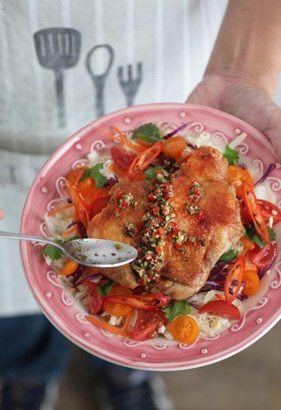 鍋煎泰式椒麻雞。 圖/幸福文化提供