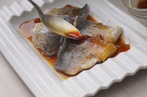 快手檸檬鱸魚:淋上調好的醬汁。 圖/寫樂文化 提供