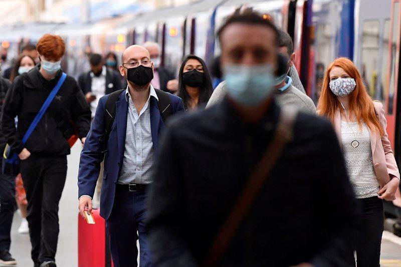 這種不確定的狀態或許要等到今年冬天第二波疫情是否到來,情勢才會逐漸明朗。圖攝於9月7日,英國倫敦。 圖/路透社
