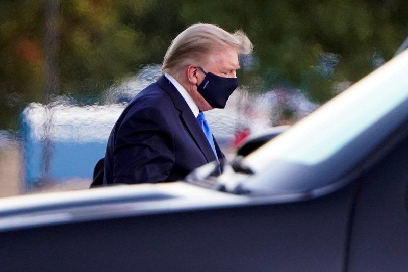 美國總統川普多次表示希望提早解封,並和政府防疫專家出現齟齬,結果他在選前一個月確診了。 圖/路透社
