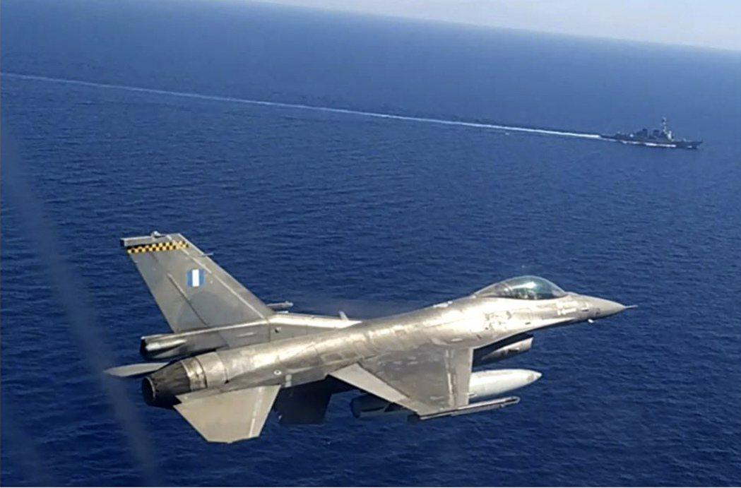 圖為今年8月,希臘與美國的聯合軍演,一架希臘噴射戰鬥機飛越克里特島附近海域。 圖...