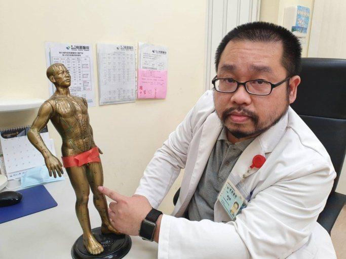 桃園醫院中醫師廖述禮指出,膝蓋如有不適症狀,平常民眾可在家中自行按壓大腿靠近膝蓋...