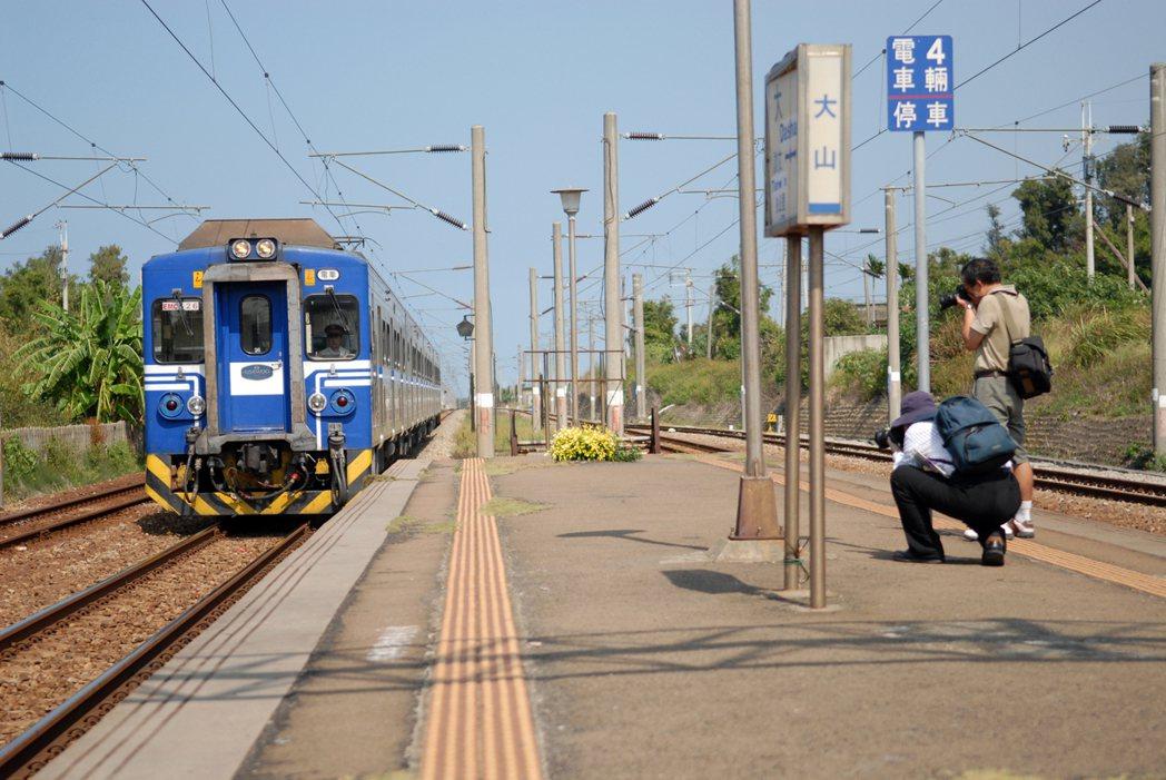 鐵道旅行時常會在沿途遇見熱愛搭火車的同好,彼此在月台或移動車廂中搭訕閒聊,於下一...