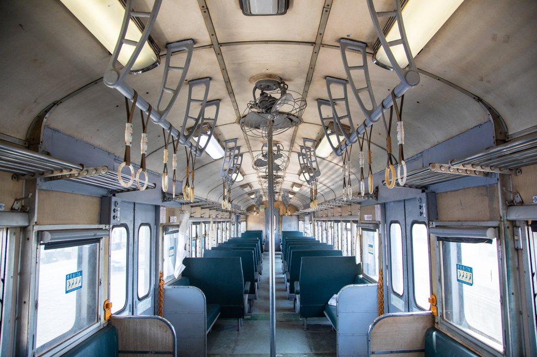 一日一往返、行駛於枋寮與台東之間的最後一條「藍色普快車」路線,富有原始工業美感的...