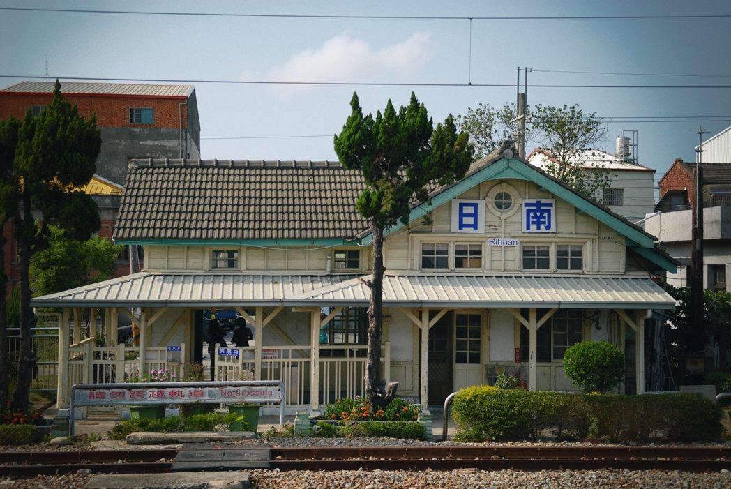 位於台中大甲區的日南車站,現役木造站房和縱貫線海線上的談文、大山、新埔、追分,皆...