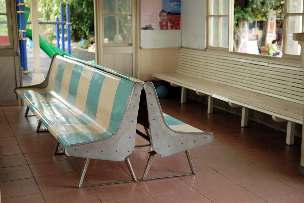 台南後壁車站的木造站房為1943年建造,至今內外皆維護完善,可見不同時期的木長椅...