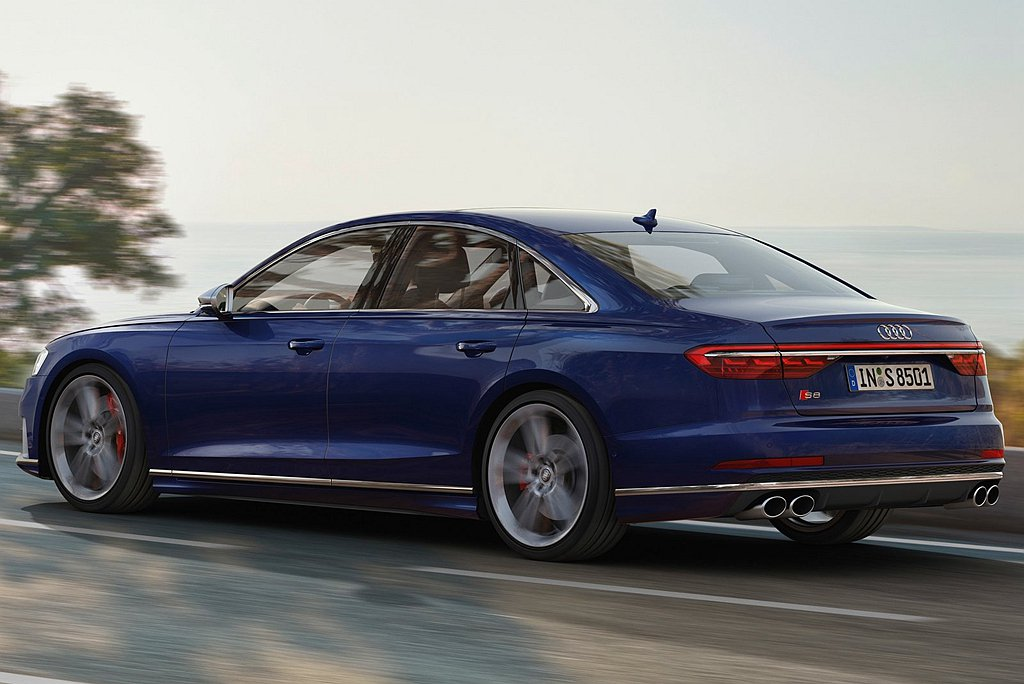 Audi S8標配預測式主動氣壓懸吊系統,當行駛於高速路段時,車身高度會自動降低...