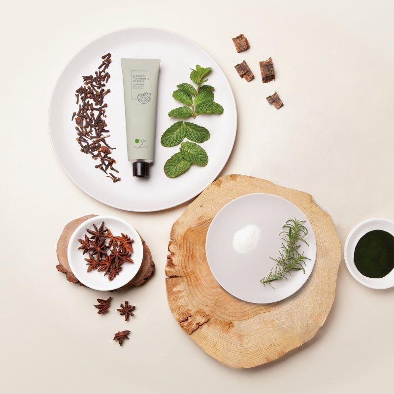 「源木牙膏」使用3款永續木粉,也納入4種植物精油,包括迷迭香、大茴香、丁香及留蘭...
