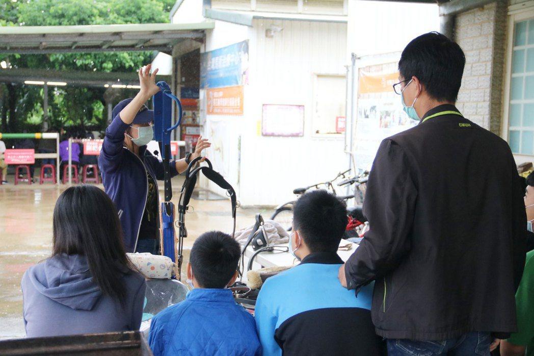 弘光科大推跨領域馬術治療復健課程,師生到馬場認識馬匹輔助。