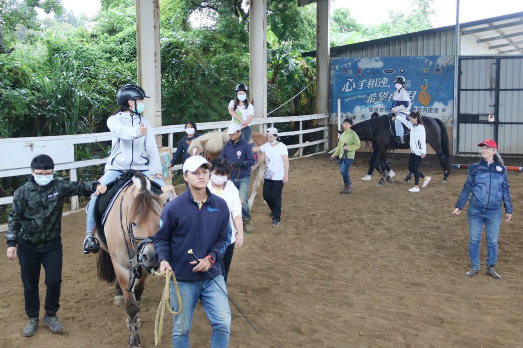 弘光科大推跨領域馬術治療復健課程,師生到馬場體驗。