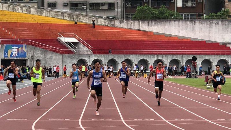 「台灣最速男」楊俊瀚(左4)相隔7個多月再次參加100公尺短跑賽事,5日在109年新北城市盃全國田徑公開賽預賽跑出10秒33,順利晉級決賽。 中央社