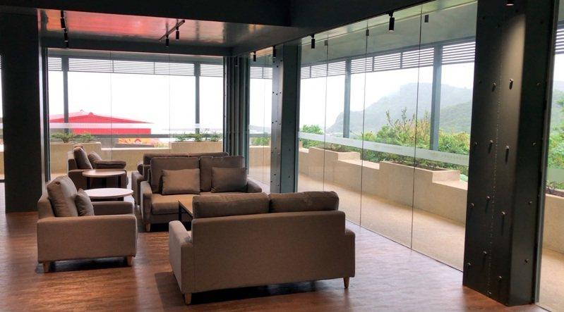 萬里區中華商業海事職業學校,斥資近4700萬元重新整建宿舍,每名住宿生生都擁有個人的書桌、書架與置物櫃,網路設備還都一應俱全,讓學生住宿就像住在飯店裡一樣舒適。 圖/紅樹林有線電視提供