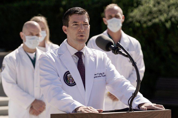 白宮醫師康利(中)三日在馬里蘭州華特里德軍醫院外說,川普總統住院後狀況良好。(路...