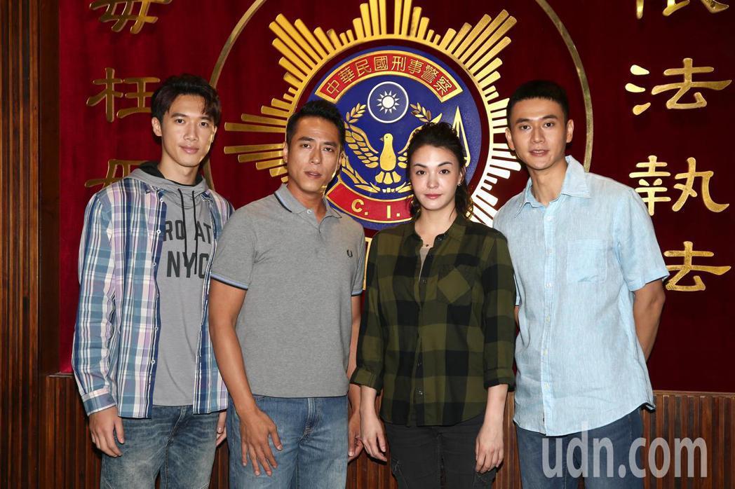 MIRROR成員Stanley邱士縉(左起)、莊凱勛、張榕容與劉冠廷等人演【塵沙