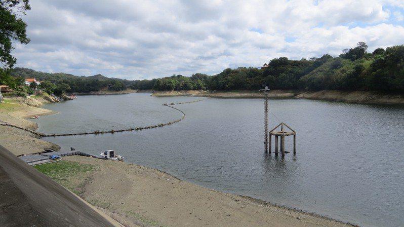苗栗縣明德水庫有效蓄水率跌破3成,僅約去年同期三分之一,水位直直落。記者范榮達/攝影