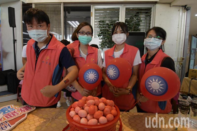 彰化縣府10月10日舉辦國慶活動,準備了8千多顆紅蛋發送。記者林敬家/攝影