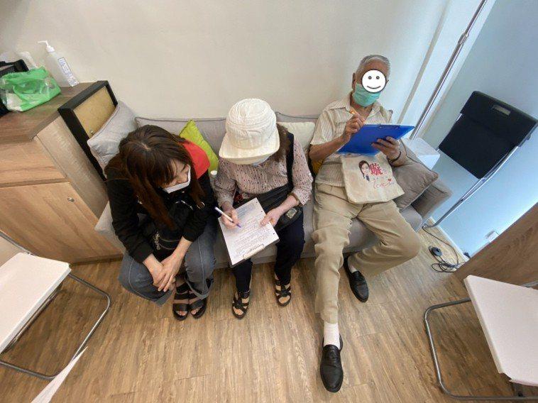 意願人在家人陪同下完成預立醫療照護諮商。圖/台北榮總桃園分院提供