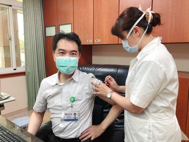 衛福部胸腔病院院長黃紹宗率先施打四價流感疫苗。圖/胸腔病院提供