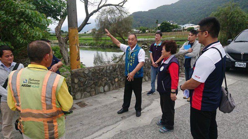 花蓮富里鄉長陳榮聰(前排右三)被鄉民提起罷免案,將於11月28日投票,這也是花蓮自治史上首次鄉鎮市長罷免投票。圖/資料照片