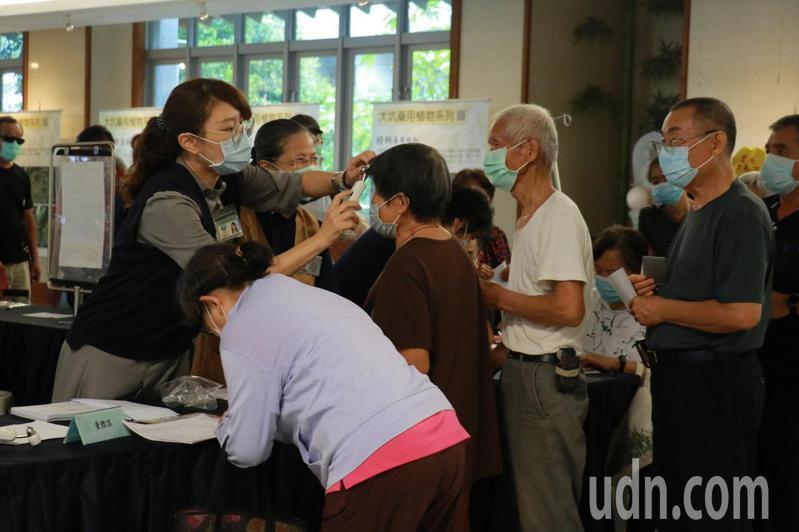 今天是公費流感疫苗注射首日,台中慈濟醫院施打人數多五成。記者游振昇/攝影