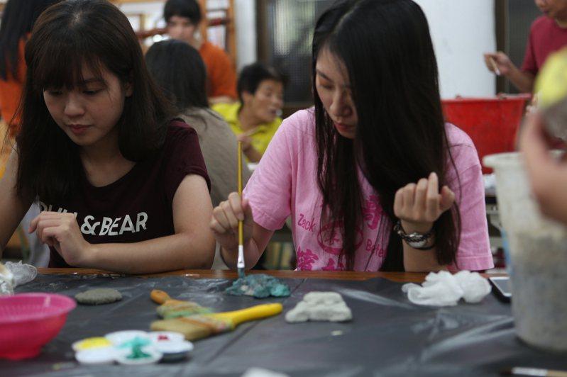 中山大學師生團隊安排DIY體驗活動,邀請社區居民共同參與。圖/中山大學提供