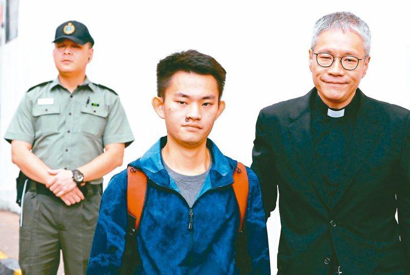 涉嫌在台殺害女友的港男陳同佳(中),何時來台投案,再度受到關注。路透資料照