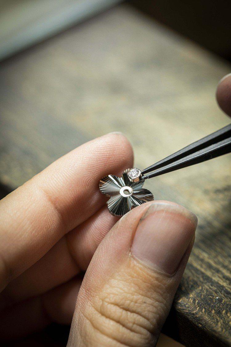 限量版Alhambra吊墜中央點綴一顆鑽石。圖/梵克雅寶提供