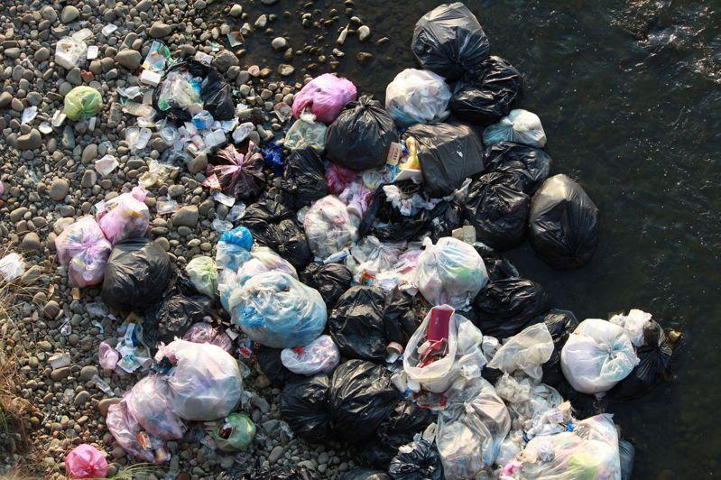 中投公路大里溪橋下的河道,被丟棄大量垃圾,有一包又一包的家戶垃圾,也有大量菜葉與竹籃子。圖/李璟泓提供